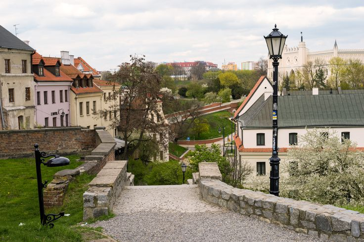 https://flic.kr/p/U3XFq6 | Castle View and the Magic Trashcan | A view of the Lublin Castle, Old Town, Lublin, Poland. April 2017  Sony Alpha ILCE-7R (A7R) with Carl Zeiss Loxia 50mm F2.0 Planar