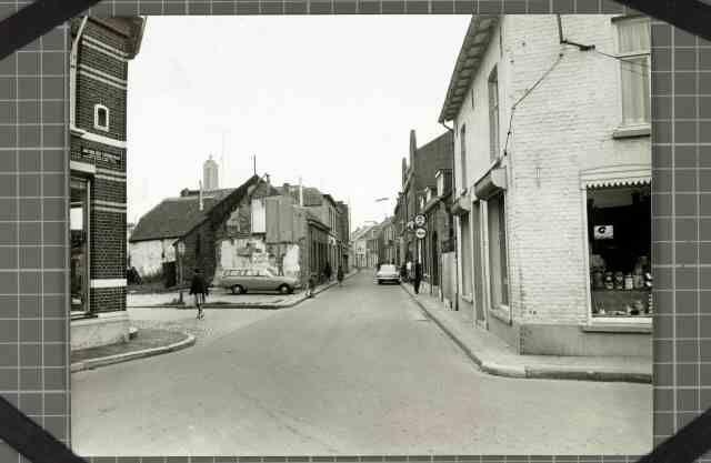 Beschrijving: Hoek Hogesteenweg / Beekstraat / Jan van der Croonstraat, rechts op de hoek bakkerij van de Broek, links op de hoek slagerij Giesen Locatie: Beekstraat; Parochie Sint Martinus (Centrum); Weert;   Datering: 1963 - 1963