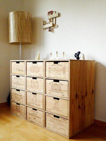 Hat schon was, so ein Regal aus alten Weinkisten. (via www.grandcube.ch)
