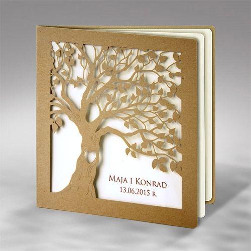 A borító újrahasznosított papírból készült, lézerrel kivágott fa, a belső lapon a nevek és a dátum, ami a borító kivágása miatt becsukott állapotban látszik. A belső papír ekrü színű, matt felületű papír.     A meghívóhoz dekoratív boríték jár. A meghívóknál nincsszerkesztési és nyomtatási költség.