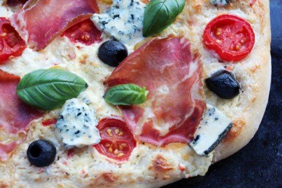 Hvit pizza med Coppaskinke og Selbu blå