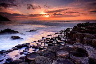 La Calzada del Gigante (Irlanda del Norte). Este espectáculo natural es un área que contiene unas 40.000 columnas de basalto provenientes del enfriamiento relativamente rápido de la lava en un cráter o caldera volcánica que ocurrió hace unos 60 millones de años.