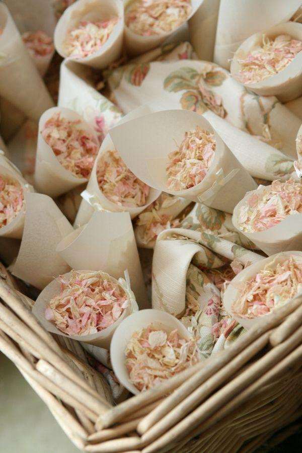 Des pétales de fleurs à la place du riz