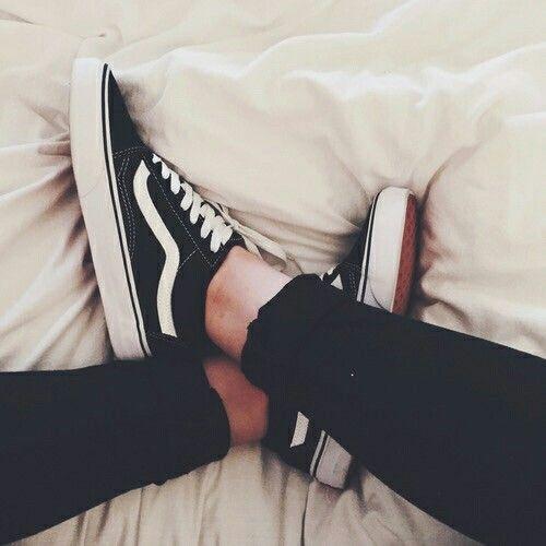 Esos zapatos son hermosos. Se pueden poner para todas ocasiones. Son vans. Yo tengo unos, y se miran bueno con toda ropa.
