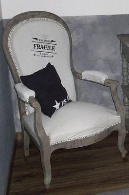 Vieux fauteuil, patiné et recouvert dun vieux drap avec un transfert fait maison