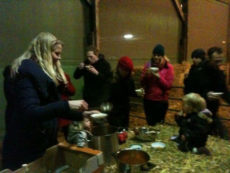 Soep in de stal, met gedoneerde soep door 'De kleinste soepfabriek' bij biologisch veehouderij De Ettingen Geluksroute023 was een groot succes!