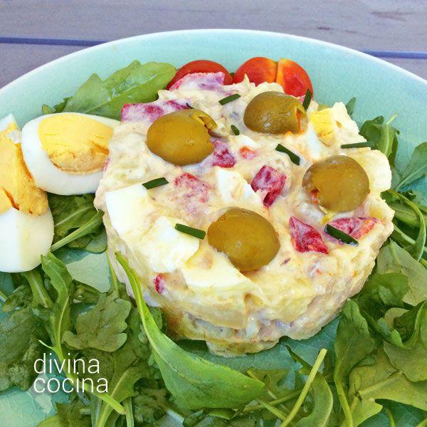 Esta ensalada de huevo estilo americano es una variante de nuestra ensaladilla rusa, con toques de mostaza, apio y cebolleta, crujiente y con mucho sabor.