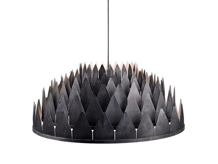 Med navn etter den mørke norske natten, minner denne magiske lampen oss om de lange skyggene kastet av de nordiske skogene og gamle kirkespirene, langt bort fra storbyens larm. Ikke glem å ta en titt at den vakkert designede arkitektoniske strukturen på innsiden.