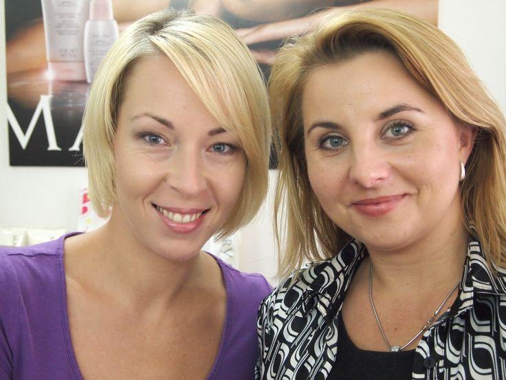 modelka po nalíčení, vizážistka (vpravo)