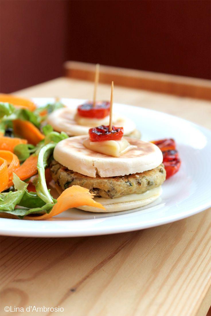 Camosciamo con le #Tigelle con #burger di fagioli verdi e Camoscio d'Oro #camosciodoro #receipe #food #deliciousfood #camosciare #piccolipiaceri #veggetariano Grazie a Spadellatissima!