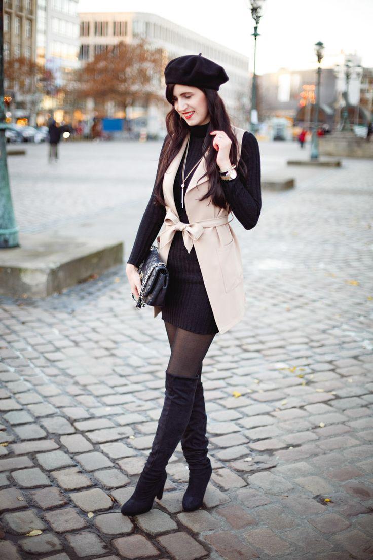 Bild: Outfit, Parisian Chic, Parisienne, French Chic, ootd, Outfit Inspiration, beige Weste, schwarzes Kleid, Obverknees, Baskenmütze, Fashionblog, Fashion,
