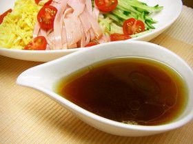 冷やし中華のタレ (料理人直伝レシピ)だそうな☺ 水 300cc, 酢100cc, 砂糖 大3, 塩 小1, 顆粒コンソメ 大3, 醤油 大4, ごま油 小2 この分量で (4人分×2回分)