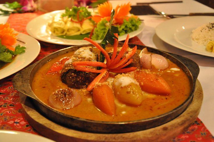 Bangkok: Pe străzile aglomerate din Bangkok simți aroma de kefir cu lămâie, lemongras, mentă și lapte de cocos și auzi sunetul tigăilor wok fierbinți ce acoperă clopotele templelor fermecătoare.