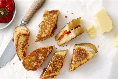 Grillezett sajtos-kolbászos szendvics