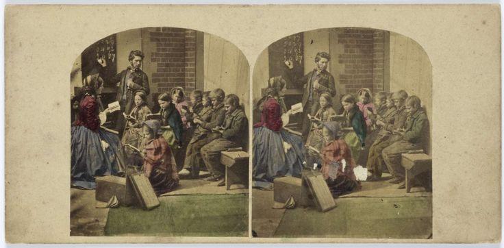 Tafereel in schoollokaal: leraar voor bord, klas kinderen met boekjes, anoniem, 1855 - 1865