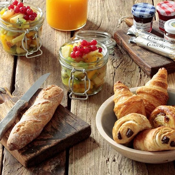 Bonjour Munich has the perfect idea for cold winter mornings: they deliver French breakfast to your home! Read more on creme guides #breakfast #french #croissants #fruit #juice #lazymorning #winter #yummy #recommendation #insidertip #baguette #cremeguides #cremeberlin @bonjour_munich