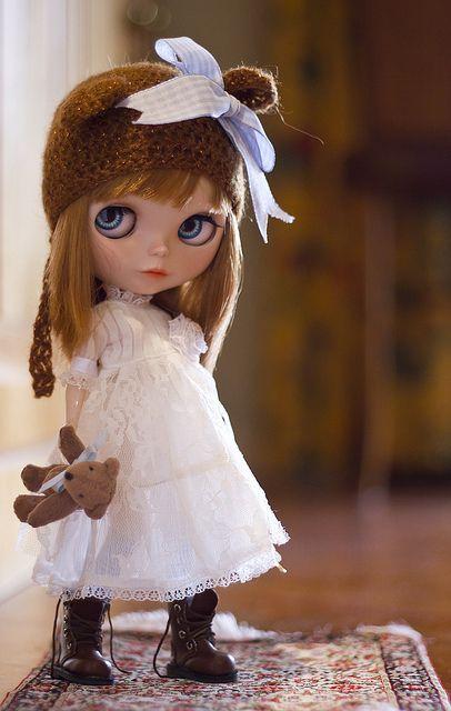 muñeca timida con osito