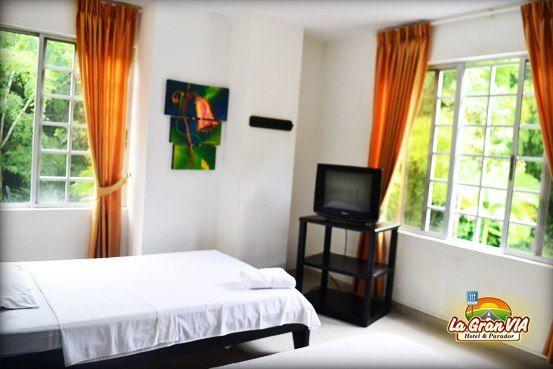 Habitación 2 personas: 2 camas de 1.2 m y 1 m de ancho: $66.000, Tv, mesa de noche, citofono y baño privado.