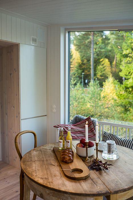 Snickeribyggt kök och inbyggd kyl och frys i modulbyggt sommarhus. www.sommarnojen.se #sommarhus #fritidshus #naturmaterial #kök