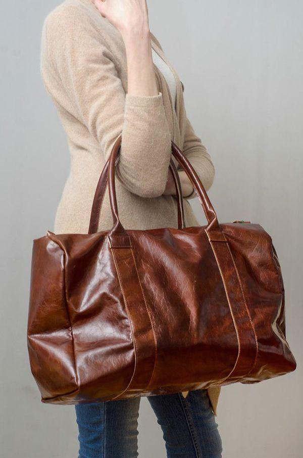 Stijlvolle hoge #leren #reistas voor dames. #Stijlvol en #praktisch met veel ruimte. #brown #leather #bag #travelbag #women