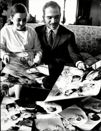 Принцесса Алия с ее отец, покойный Король Хусейн, глядя на ее фотографии затем новорожденных близнецов-сестер.