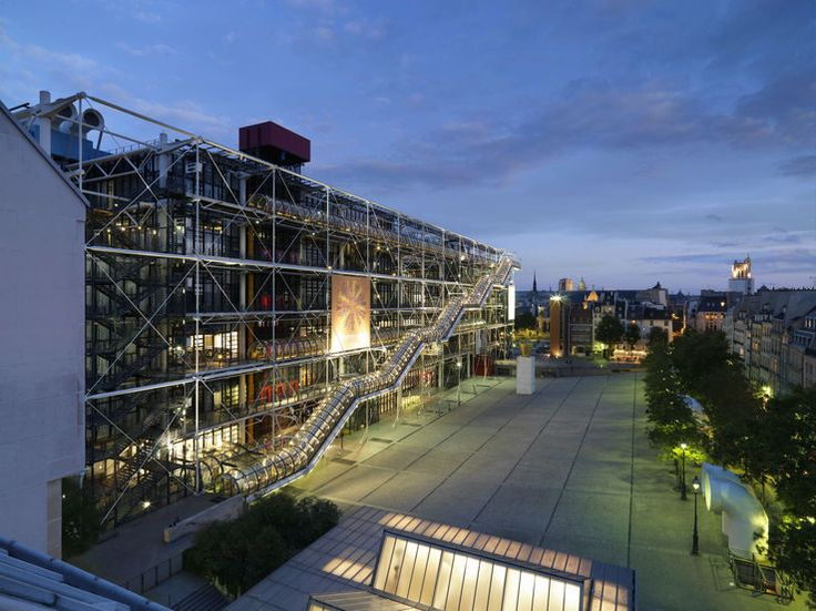 Vue de la facade et de l'esplanade du Centre Georges-Pompidou (Musée Beaubourg)