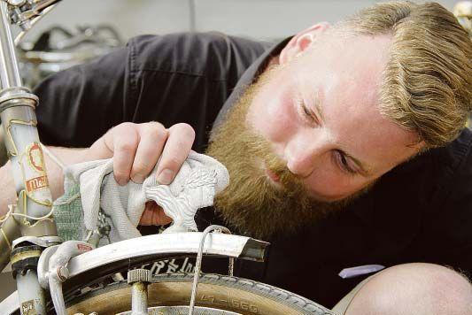 """Leer. Alte und verrostete Fahrräder, die im Schuppen ihr Dasein fristen: Für die einen Schrott, für Florian Kanzler traumhaftes Material. Mit viel Geduld und Liebe zum Detail verwandelt er die alten Drahtesel in individuelle Räder im angesagten Retro-Look. In Loga hat Kanzler eine kleine Werkstatt gemietet und ein Nebengewerbe gegründet: Die Fahrradmanufaktur """"Between Feet and Street"""". Hauptberuflich arbeitet er bei einer Druckerei in Westerstede, doch jede freie Minute verbringt er in…"""