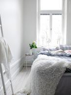 Witte rustige slaapkamer van Ikea. Wow wat een rust straalt deze slaapkamer uit zeg! Prachtig al dat wit. Door gebruik te maken van veel verschillende materialen blijft het toch spannend en totaal niet saai. Ikea