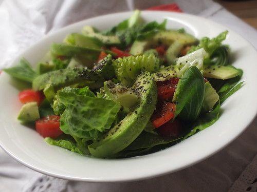 Veganer Salat mit Avocado und Pak Choi