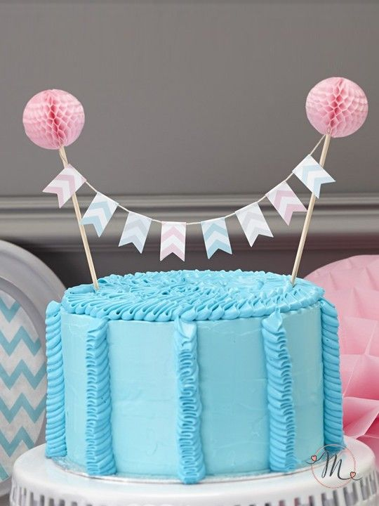 Cake topper bandierine a righe. Originale cake topper con bandierine in tessuto di vari colori a righe che tiene grazie a 2 bastoncini in legno sormontati da due festoni rosa. Misure: 17 x 24 cm.