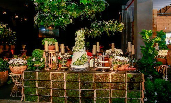 Muitas Velas, Árvores, Flores E Folhagens Foram Utilizadas Para Transformar Esse Casamento Romântico Em Um Verdadeiro Jardim Secreto. Veja Tudo Aqui!