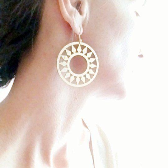 #millyglif #bijouxcreateur #bouclesdoreilles #styleoftheday Grandes boucles dorées en acrylique ultra-légères, fabrication artisanale française.