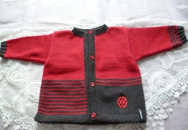 Die Jacke wurde in roter Baumwollmischung mit dunkelgrauen (anthrazit) Streifen gestrickt. Hingucker sind der aufgestickte Marienkäfer und die roten Knöpfe. Passend hierzu der Strampler, die...