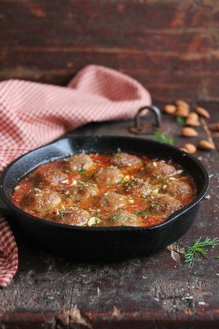 Albondigas med tomatsaus Oppskrift (6 porsjoner) 150 g kvernet svinekjøtt 150 g kjøtt- eller karbonadedeig 3 fedd hvitløk 50 g brødsmuler 1 egg