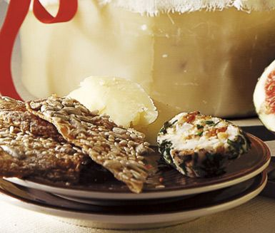 Hembakt fröknäcke är ett gott, sprött och läckert knäckebröd med härliga ingredienser som grahamsmjöl, sirap, solrosfrön, sesamfrön och flingsalt. Väldigt gott att avnjuta med smör eller färskost på.