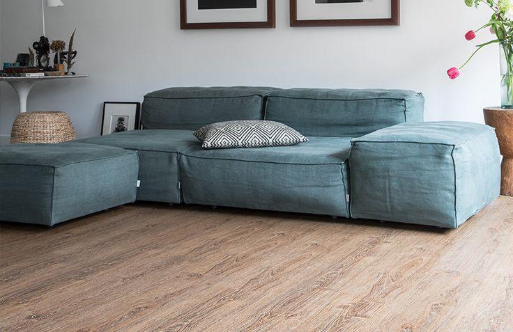 Amber Oak XL is een warme pvc vloer met extra brede planken. De vloer is perfect te combineren met contrasterende kleuren en materialen!