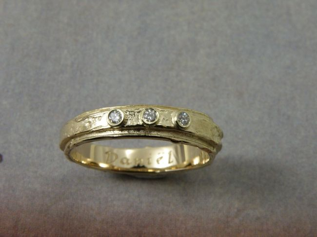 * push present | oogst-sieraden * Ring * Geelgoud met wasstructuur en 3 x 0,02 crt diamant * Ter ere van geboorte Daniël *