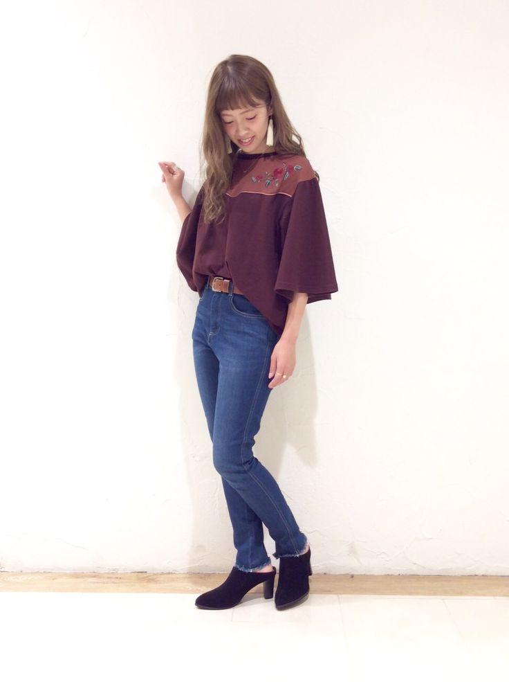 ウエスタン刺繍Tシャツ 袖がフレアになっていて袖口が広い分、風通しがよく着やすいです。刺繍がバラなので、可愛くなりすぎず綺麗めなコーディネートでも合わせやすいです。