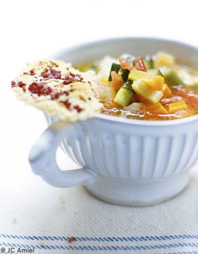Soupe au pistou, tuiles de grana padano  pour 4 personnes - Recettes Elle à Table