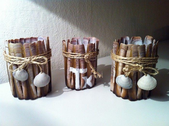 schelpen tijdens Texel vakantie gevonden, geplakt op pindakaas-potten, sisal-touw (van de action) eromheen. (Tx is erop geschilderd) strandzand in het potje en een theelichtje erin. mooie vakantie-herinneringen :)