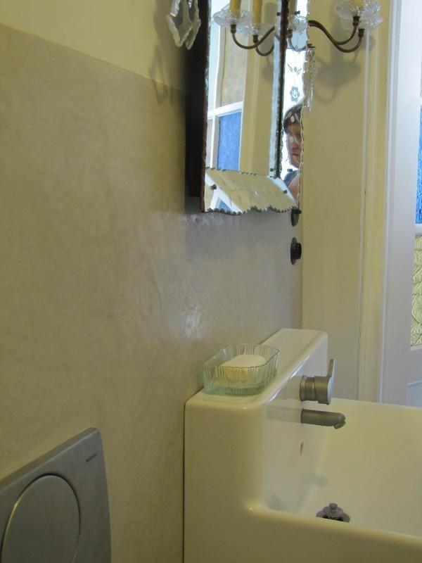 Tadelakt w łazience http://swiatloicien.com.pl/ Materiał: http://www.dom-z-natury.pl/tynk_tadelakt.html