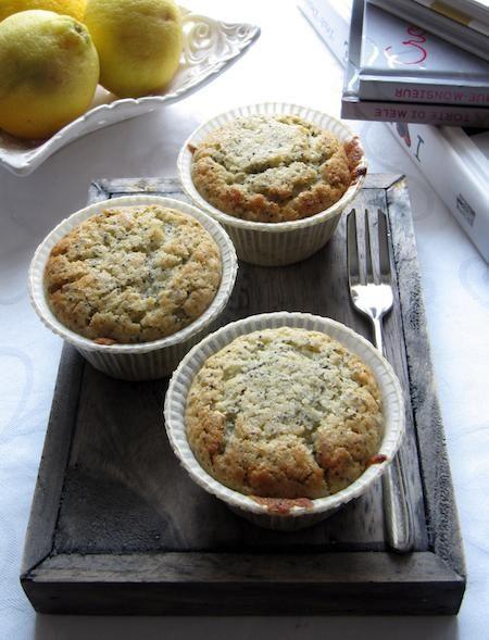 Per dire che in questa ricetta qui sta la vera essenza del muffin. Si preparano in cinque-minuti-cinque di orologio. Non serve nemmeno far sciogliere il burro o