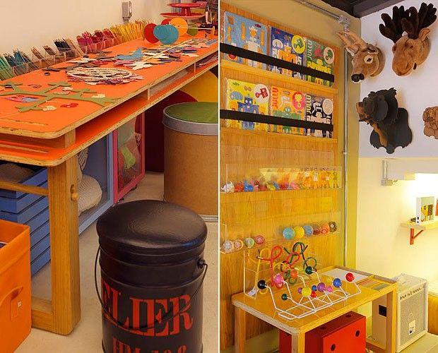 A mesa de atividades tem espaço para dispor, de bobina de papel a lápis de cor, e ainda traz nichos inferiores para armazenar mais itens. Detalhe para o charmoso banquinho, feito a partir de galão de tinta. À direita, no painel que funciona como biblioteca, caixas de acrílico e elásticos se revezam na função de apoiar os livros. Sobre a mesa infantil Pingo, cabideiro de Charles e Ray Eames, que também pode ser comprado pela loja virtual da marca (Foto: Divulgação)