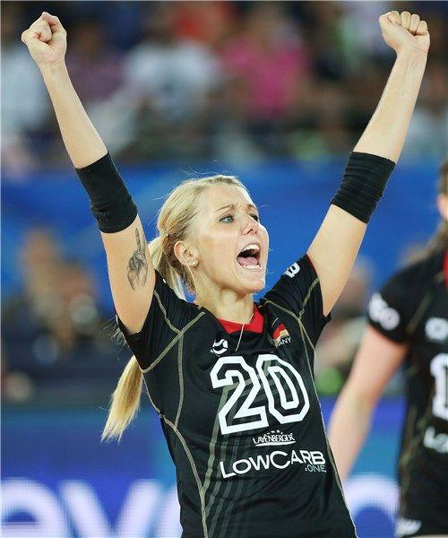 Mareen Apitz, palleggiatrice della Germania, festeggia la vittoria.
