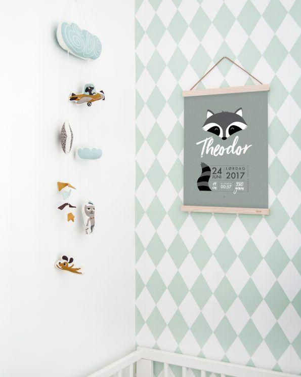 Minimalistisk fødselsplakat med vaskebjørn #dustygreen #fødselsplakat #fødselstavle #birthposter #raccoon #minimalistisk #minimals #enkontrast #enkontastposter #fermliving #fermlivingkids #fermlivingwallpaper #wallpaper #kidsroominspo