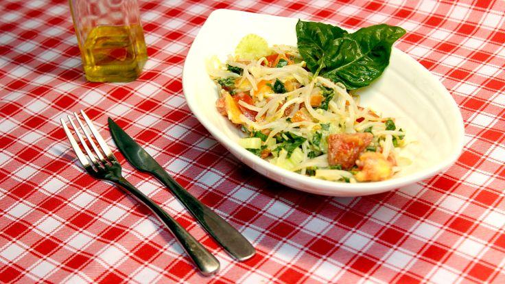 Ensalada de brotes a la kéfir. Ingredientes: - 2 tomates - 2 tazas de diente de dragón - 1 tronco de apio - 1 diente de ajo machacado - 1 taza de yogur de kéfir - 8 hojas de albahaca picada - Sal marina y pimienta - Jugo de limón y aceite de oliva  Preparación: 1. Picar los brotes, tomates, el apio y la albahaca 2. Añadir el yogur de kéfir, el jugo de limón y el ajo picado y revolver. 3.Condimentar con aceite de oliva, sal marina y pimienta a gusto