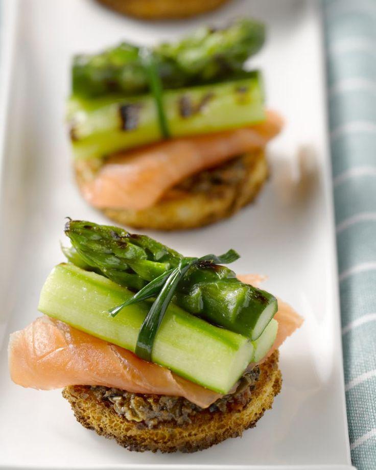 Een heerlijk hapje voor bij de aperitief zijn deze toastjes met gerookte zalm en gegrilde asperges. Serveer lauw of maak het hapje op voorhand en serveer koud.
