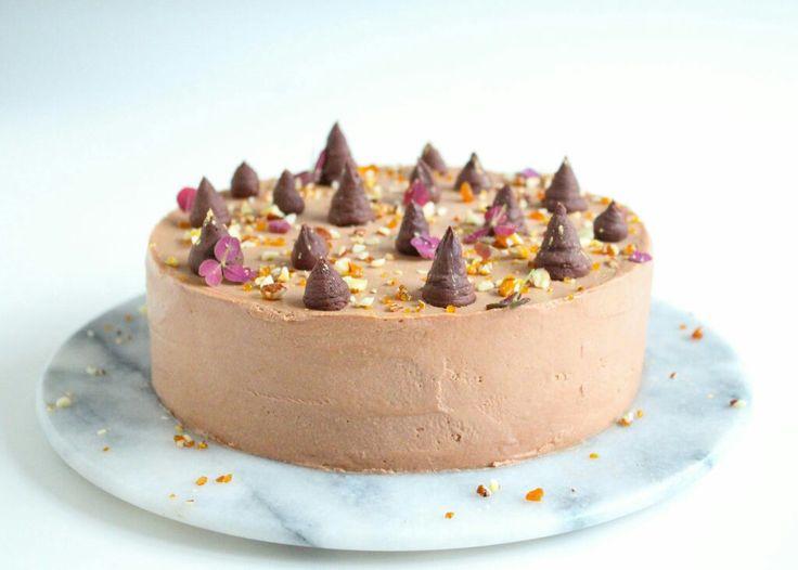 Nytårskage med kransekagebund, passionsfrugt og chokolademousse
