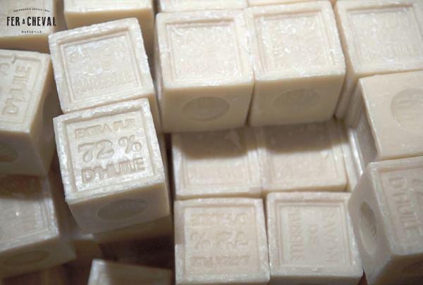 Le savon de Marseille Fer à Cheval 100% authentique Made in Marseille, souvent copié mais jamais égalé ! Formulé à base d'huiles exclusivement végétales, sans ajout de conservateur, colorant, parfum ou graisses animales. Crédit photo : Christine Amat