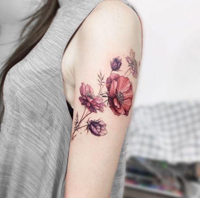 Femme, ornement peau, épaule, fleurs rouges, lilas   – Tattoo Ideen